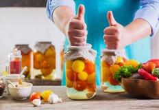 Άτομα με τα λαχανικά στα βάζα Στοκ Εικόνα