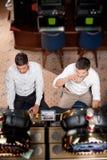 άτομα μηχανών που παίζουν τ&et Στοκ φωτογραφία με δικαίωμα ελεύθερης χρήσης