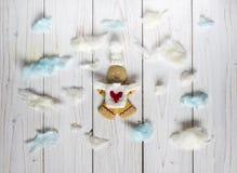 Άτομα μπισκότων μελοψωμάτων μεταξύ των σύννεφων Στοκ εικόνες με δικαίωμα ελεύθερης χρήσης