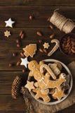 Άτομα πιπεροριζών σε ένα ξύλινο υπόβαθρο τα μπισκότα Χριστουγέννων βρίσκουν ότι οι εικόνες φαίνονται περισσότερο οι ίδιες σειρές  Στοκ φωτογραφίες με δικαίωμα ελεύθερης χρήσης