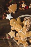 Άτομα πιπεροριζών σε ένα ξύλινο υπόβαθρο τα μπισκότα Χριστουγέννων βρίσκουν ότι οι εικόνες φαίνονται περισσότερο οι ίδιες σειρές  Στοκ εικόνα με δικαίωμα ελεύθερης χρήσης