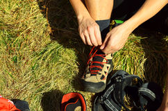 Άτομα που δένουν τον κόμβο στις μπότες οδοιπορίας Στοκ φωτογραφία με δικαίωμα ελεύθερης χρήσης