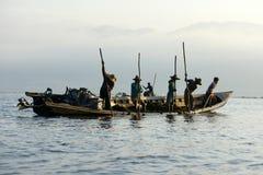 Άτομα που αλιεύουν στη βάρκα στη λίμνη Inle στη Βιρμανία Στοκ εικόνα με δικαίωμα ελεύθερης χρήσης
