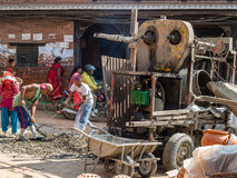 Άτομα που απασχολούνται στην κατασκευή σε Bhaktapur, Νεπάλ Στοκ φωτογραφία με δικαίωμα ελεύθερης χρήσης