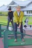Άτομα που ασκούν golfing η τεχνική στην πλατφόρμα Στοκ Φωτογραφία
