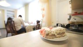 Άτομα που βάζουν το πιάτο με το κέικ στον πίνακα, οικογένεια που απολαμβάνει να δειπνήσει στον πίνακα απόθεμα βίντεο