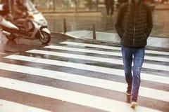 Άτομα που διασχίζουν την οδό στοκ φωτογραφία με δικαίωμα ελεύθερης χρήσης