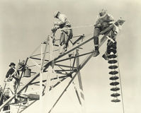 Άτομα που εργάζονται στα ηλεκτροφόρα καλώδια Στοκ εικόνες με δικαίωμα ελεύθερης χρήσης