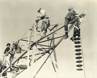 Άτομα που εργάζονται στα ηλεκτροφόρα καλώδια Στοκ φωτογραφία με δικαίωμα ελεύθερης χρήσης