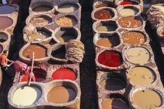 Άτομα που εργάζονται στους φλοιούς δέρματος του Fez Μαρόκο στοκ φωτογραφία