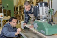 Άτομα που εργάζονται στο βιομηχανικό εργαστήριο Στοκ φωτογραφία με δικαίωμα ελεύθερης χρήσης