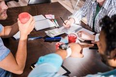 Άτομα που εργάζονται στο επιχειρησιακό πρόγραμμα στη μικρή συνεδρίαση των γραφείων Στοκ Φωτογραφίες