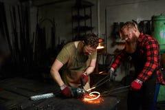 Άτομα που εργάζονται στο σιδηρουργείο στοκ εικόνες με δικαίωμα ελεύθερης χρήσης