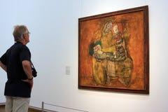 Άτομα που θαυμάζουν μια ζωγραφική στο μουσείο Leopold Στοκ φωτογραφία με δικαίωμα ελεύθερης χρήσης