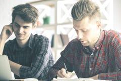 Άτομα που κάνουν τη γραφική εργασία στην αρχή Στοκ Φωτογραφία