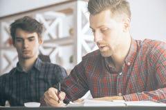 Άτομα που κάνουν τη γραφική εργασία στην αρχή Στοκ Εικόνες