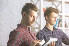 Άτομα που κάνουν τη γραφική εργασία στην αρχή Στοκ εικόνες με δικαίωμα ελεύθερης χρήσης