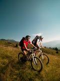 Άτομα που οδηγούν τα ποδήλατα βουνών Στοκ Εικόνες