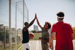 Άτομα που παίζουν την καλαθοσφαίριση στο γήπεδο μπάσκετ Στοκ φωτογραφίες με δικαίωμα ελεύθερης χρήσης