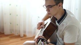 Άτομα που παίζουν την κιθάρα απόθεμα βίντεο