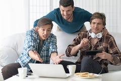 Άτομα που προσέχουν το βίντεο στο lap-top Στοκ Εικόνα