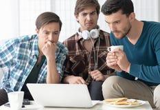 Άτομα που προσέχουν το βίντεο στο lap-top Στοκ φωτογραφία με δικαίωμα ελεύθερης χρήσης
