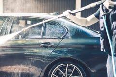 Άτομα που πλένουν το αυτοκίνητό του Στοκ φωτογραφία με δικαίωμα ελεύθερης χρήσης