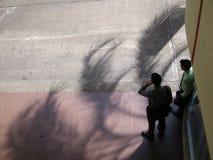 Άτομα που στέκονται στην οδό και που μιλούν στο κινητό τηλέφωνο, εναέρια άποψη Στοκ εικόνα με δικαίωμα ελεύθερης χρήσης