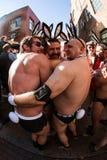 Άτομα που φορούν το θρύψαλο εξαρτημάτων λαγουδάκι Speedos και Playboy πριν από το γεγονός Στοκ εικόνες με δικαίωμα ελεύθερης χρήσης