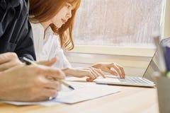 Άτομα που χρησιμοποιούν ένα lap-top στις προόδους επίδειξης και τεχνολογίας στα καταστήματα Στοκ εικόνες με δικαίωμα ελεύθερης χρήσης