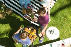 Άτομα που ψήνουν τα τρόφιμα στη σχάρα Στοκ Εικόνα