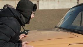 Άτομα που ωθούν το αναλύω αυτοκίνητο στο χειμώνα Συνεδρίαση γυναικών στη ρόδα απόθεμα βίντεο
