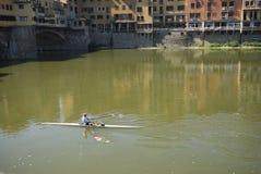 Άτομα σε ένα kaykak κοντά σε Ponte Vecchio στοκ εικόνες