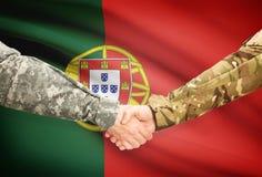 Άτομα στα ομοιόμορφα χέρια τινάγματος με τη σημαία στο υπόβαθρο - Πορτογαλία Στοκ Φωτογραφίες