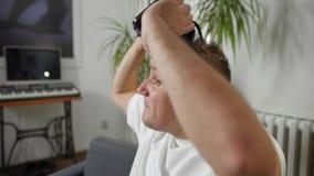 Άτομα στην άσπρη λήψη πουκάμισων της εικονικής πραγματικότητας vr στο σπίτι googles απόθεμα βίντεο