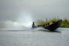 Άτομα στη βάρκα μηχανών στη λίμνη Inle στη Βιρμανία Στοκ Εικόνες