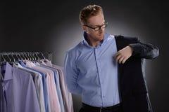 Άτομα στο μαγαζί λιανικής πώλησης. Βέβαιοι νέοι επιχειρηματίες που φορούν το κοστούμι μέσα Στοκ εικόνα με δικαίωμα ελεύθερης χρήσης