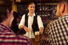 Άτομα στο μπαρ στοκ φωτογραφίες με δικαίωμα ελεύθερης χρήσης