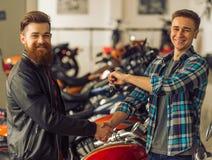 Άτομα στο σαλόνι μοτοσικλετών Στοκ εικόνα με δικαίωμα ελεύθερης χρήσης