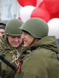 Άτομα στο στρατιώτη ` s ομοιόμορφο με τα μπαλόνια Στοκ εικόνα με δικαίωμα ελεύθερης χρήσης