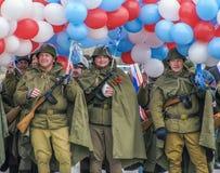 Άτομα στο στρατιώτη ` s ομοιόμορφο με τα μπαλόνια Στοκ Φωτογραφία