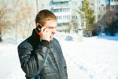 Άτομα τηλεφωνημάτων Ο τύπος μιλά στο τηλέφωνο κυττάρων Στοκ φωτογραφίες με δικαίωμα ελεύθερης χρήσης