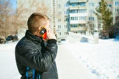 Άτομα τηλεφωνημάτων Ο τύπος μιλά στο τηλέφωνο κυττάρων Στοκ εικόνα με δικαίωμα ελεύθερης χρήσης