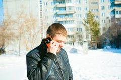 Άτομα τηλεφωνημάτων Ο τύπος μιλά στο τηλέφωνο κυττάρων Στοκ Φωτογραφία