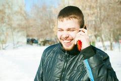 Άτομα τηλεφωνημάτων Ο τύπος μιλά στο τηλέφωνο κυττάρων Στοκ Εικόνες