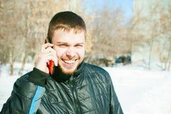 Άτομα τηλεφωνημάτων Ο τύπος μιλά στο τηλέφωνο κυττάρων Στοκ εικόνες με δικαίωμα ελεύθερης χρήσης