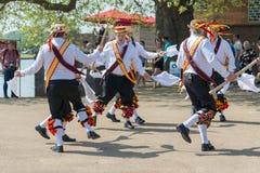 Άτομα Morris που χορεύουν με τα ραβδιά και τα κουδούνια καπέλων στοκ φωτογραφία με δικαίωμα ελεύθερης χρήσης