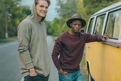 Άτομα Multiethnic που στέκονται σε minivan Στοκ Φωτογραφίες