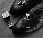 άτομα s εξαρτημάτων παπούτσια, άρωμα και μανικετόκουμπα Στοκ Εικόνες