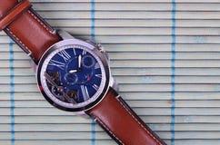 Άτομα ` s Wristwatch με το λουρί Στοκ Εικόνες